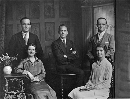 Picture of Smith family showing Sid, Frank - Eileen's father and Bill with their sisters Betty and Nancy