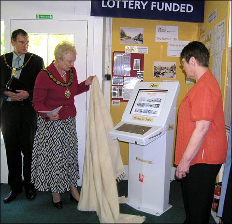 The Mayor unveils the IT Kiosk